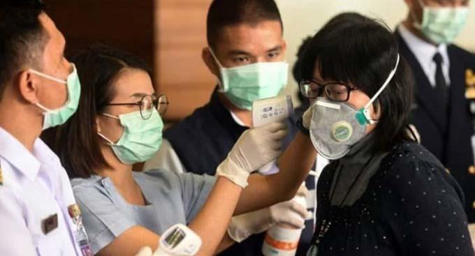 Nhân viên y tế kiểm tra nhiệt độ của người dân để kịp thời phát hiện người nhiễm virus nCoV. Ảnh: Reuters.