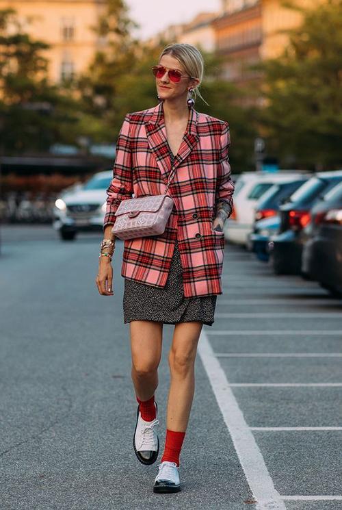 Áo vest kẻ sọc ca rô tông màu rực rỡ có hai ưu điểm vượt trội là giúp người mặc nổi bật trên phố và trẻ trung hơn tuổi.