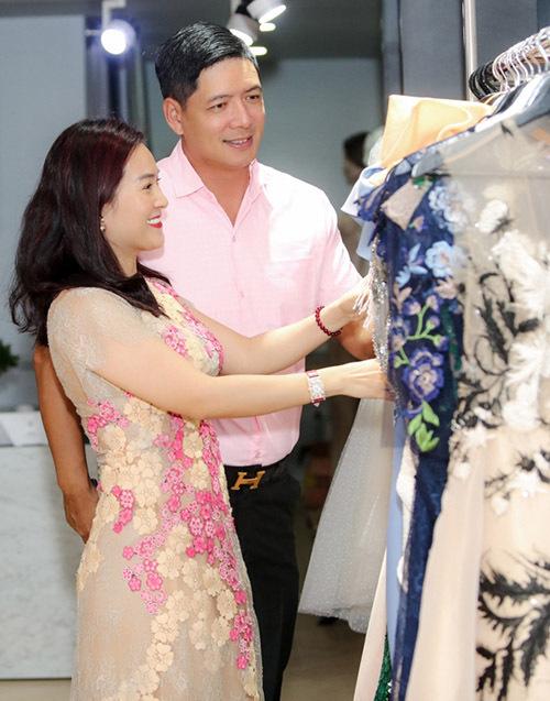 Nam diễn viên giúp vợ chọn váy dạ hội phù hợp với vóc dáng và lứa tuổi của cô.