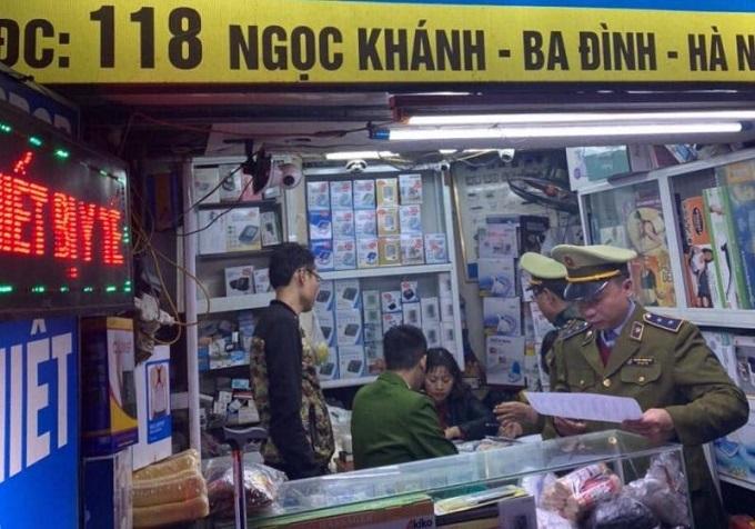 Tổ công tác kiểm tra tại cửa hàng số 118 Ngọc Khánh.