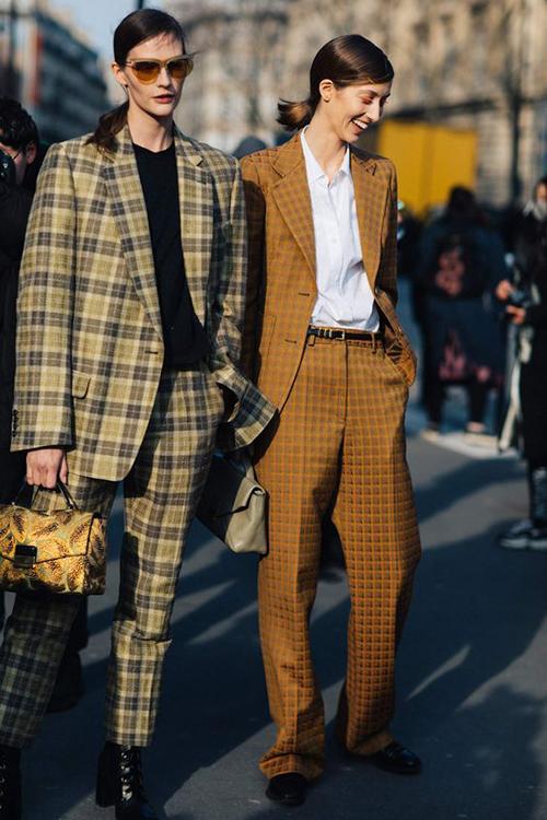 Suit dành cho các nàng mê phong cách menswear cũng được thể hiện trên những tông màu mới. Nổi bật trong đó là sắc nâu ấm áp, cam đất, nâu đất mang lại sự trang nhã, lịch thiệp.