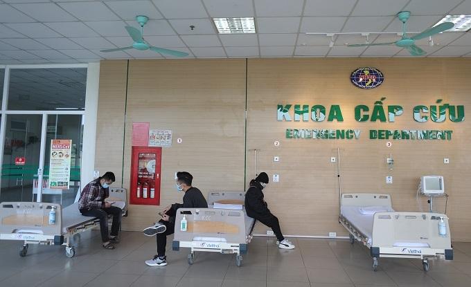 Nhiều người dân chủ động tới Bệnh viện Nhiệt đới Trung ương cơ sở 2 để thăm khám sau khi có biểu hiện bất thường. Ảnh: Phạm Chiểu