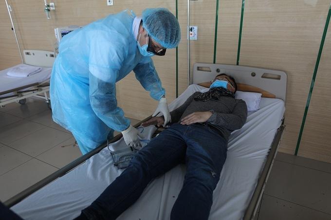Một người đàn ông được kiểm tra sức khỏe trước nguy cơ nhiễm virus corona tại Bệnh viện Nhiệt đới Trung ương cơ sở 2 hôm 31/1. Ảnh: Phạm Chiểu
