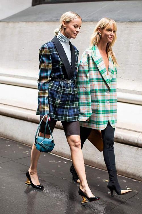 Những kiểu áo khoác vai tô, áo rộng thùng thình tiếp tục được ưa chuộng và giúp phái đẹp thể hiện khả năng sáng tạo trong việc phối đồ street style.