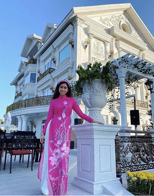Em chồng Tăng Thanh Hà duyên dáng với áo dài hồng in hình hoa sen chụp ảnh ở biệt thự triệu đô của gia đình tại TP HCM.