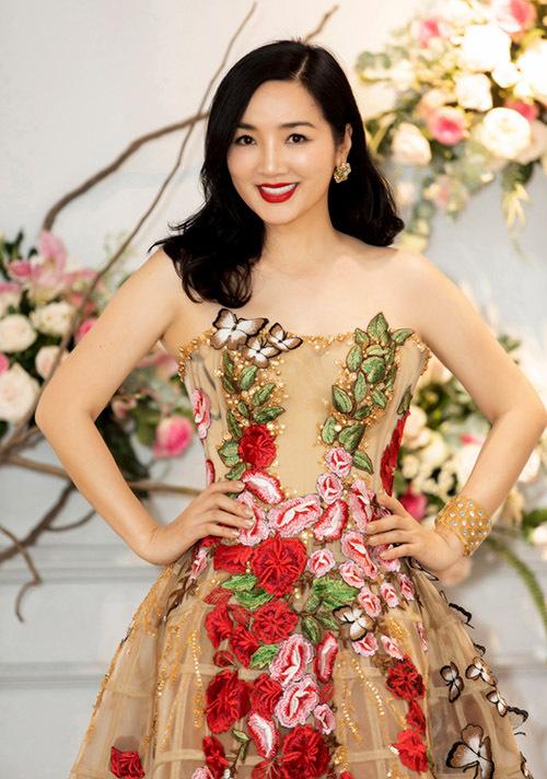 Hoa hậu Giáng My thích trang phục dạ hội may bằng vải voan xuyên thấu, đính kết hoạ tiết nổi bật.