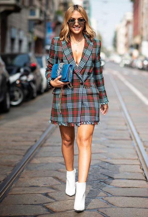 Blazer dress cho mùa xuân hè được thể hiện cuốn hút với sự đan xen của tông màu nóng. Về phần kiểu dáng lại sexy hơn với chi tiết xẻ ngực sâu.