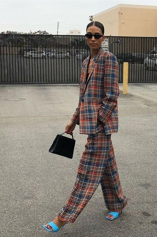Suit ca rô vẫn chưa biểu diễn dấu hiệu bão hoà, vì thế nó vẫn được các fashionista lựa chọn để lên đồ xuống phố.