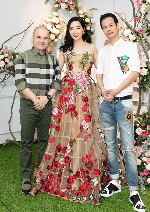Giáng My chụp ảnh cùng Hoàng Hải (áo trắng) và doanh nhân Dương Quốc Nam - người anh thân thiết với cô.