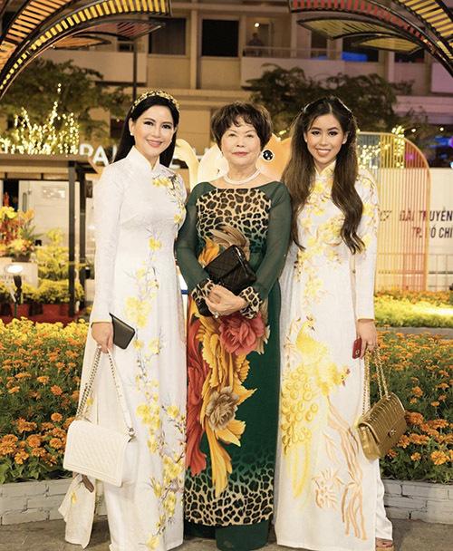 Cựu diễn viên Thuỷ Tiên (ngoài cùng bên trái) mặc áo dài đồng điệu với con gái đi du xuân cùng người thân, bạn bè.