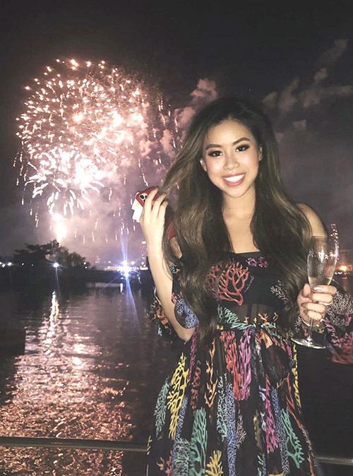 Thảo Tiên diện váy hàng hiệu tận hưởng giây phút vừa uống rượu vang, vừa ngắm pháo hoađón năm mới tại biệt thự của gia đình.