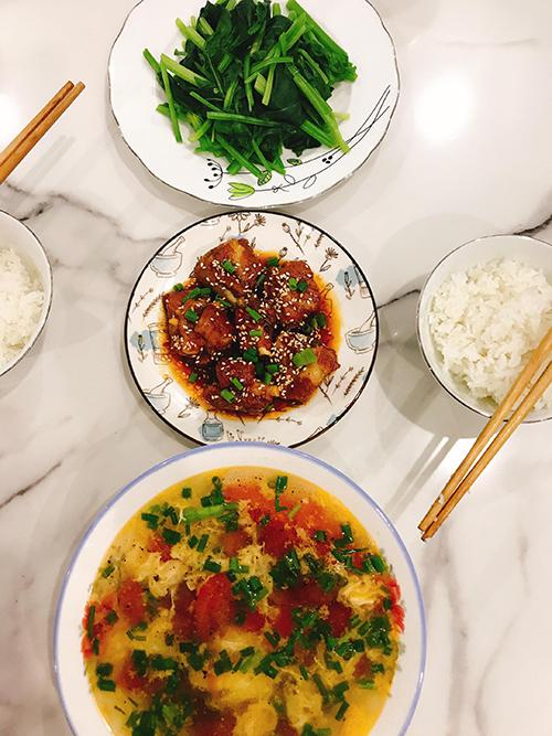 Chị Oanh học nấu ăn từ những năm cấp 3 tại Đà Nẵng, tiếp thu kiến thức từnhiều người, nhiều nguồn khác nhau. Mẹ và các bà, các chị hàng xóm cạnh nhà là nhữnggiáo viên giúp chị Oanh có kiến thức nền tảng trong nấu nướng.