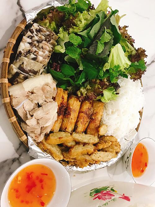 Với thịt heo, thịt gà, chị Oanh rửa sạch với giấm, muối. Quỹ thời gian eo hẹp nên Oanh Hoàng chỉ có vỏn vẹn 1 tiếng để nấu nướng vào các ngày thường và là 1,5 tiếng nếu tan sở đúng giờ.