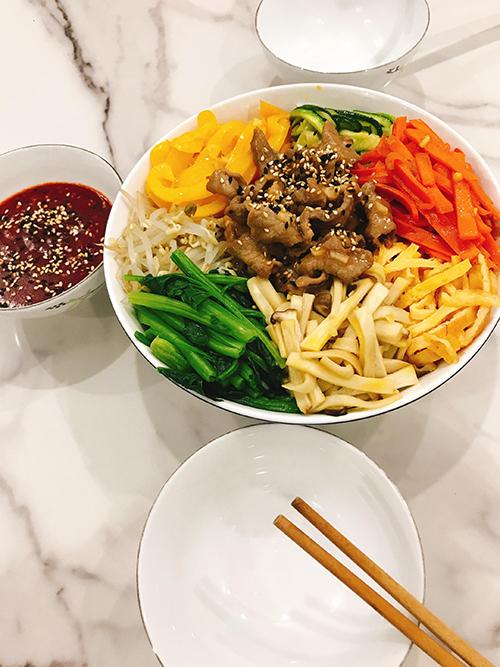 Trong bữa ăn, Oanh Hoàng sẽ đảm bảo 2/3 lượng chất xơ, 1/3 đạm từ động vật, hải sản. trong 1 tuần, vợ chồng chị sẽ ăn 1-2 bữa thịt heo, 1 bữa thịt bò, 1 bữa thịt gà và còn lại là đậu phụ, hải sản.