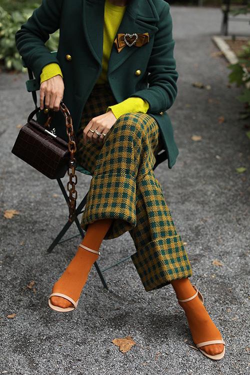 Giữa sự trỗi dậy của xu hướng color up, trang phục hoạ tiết ca rô vẫn có chỗ đứng riêng và giúp trào lưu ăn mặc thịnh hành thêm cuốn hút.