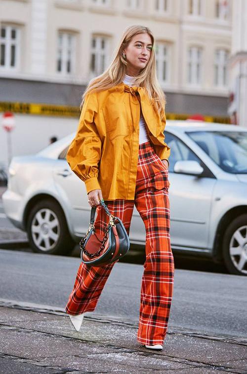 Để tạo nên tổng thể hài hoà cho set đồ dạo phố, các nàng nên chọn áo khoác và quần âu có sự đồng điệu về màu sắc.
