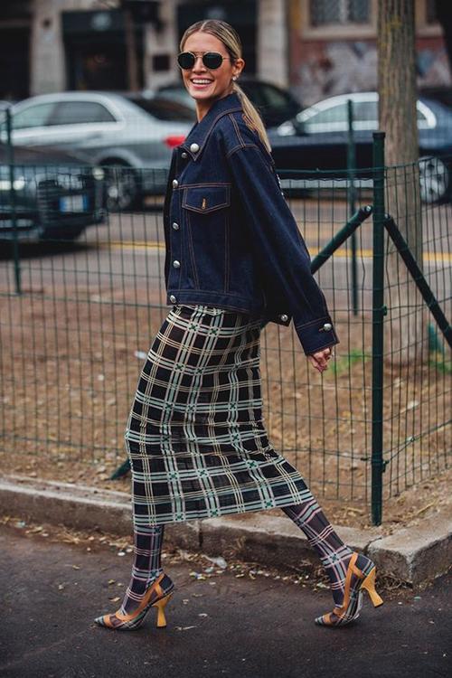 Váy ca rô kiểu dáng đơn giản có thể sử dụng cùng các mẫu áo vest, jacket để đi làm hoặc đi dạo phố.