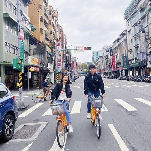 Vợ chồng Đông Nhi - Ông Cao Thắng đi xe đạp khi du lịch ở Đài Loan.