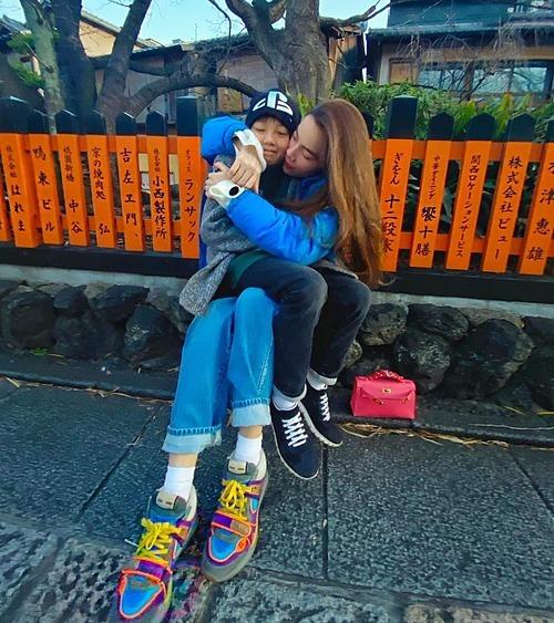 Hồ Ngọc Hà tận hưởng hạnh phúc bình yên khi ôm trọn con trai Subeo vào lòng trong chuyến du lịch Nhật Bản. Cô gọi con trai là tình yêu lớn của cuộc đời.