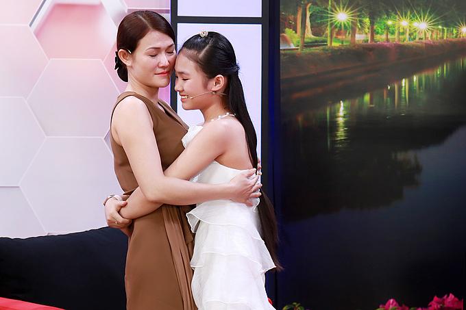 Hai mẹ con Khánh Nhi xúc động ôm chầm lấy nhau khi tham gia chương trình Điều Con Muốn Nói. Chương trình được phát sóng lúc20h30 hôm naytrên VTV9.