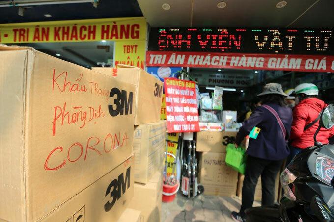 Một cửa hàng bán khẩu trang trên phố Phương Mai, quận Hoàng Mai. Ảnh minh họa.