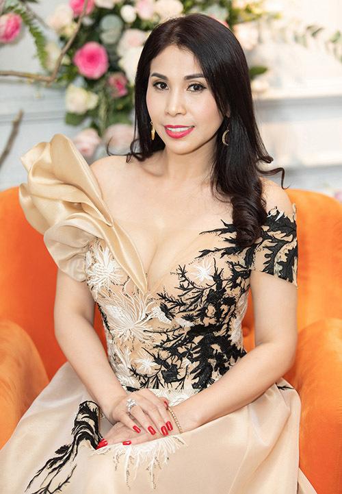 Diễn viên Lý Hương tự tin khoe vòng một đầy đặn với váy xẻ sâu.