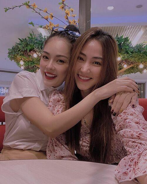 Ngân Khánh tụ tập chuyện trò cùng Dương Cẩm Lynh trong khi bạn bè rủ nhau đi du lịch hết.