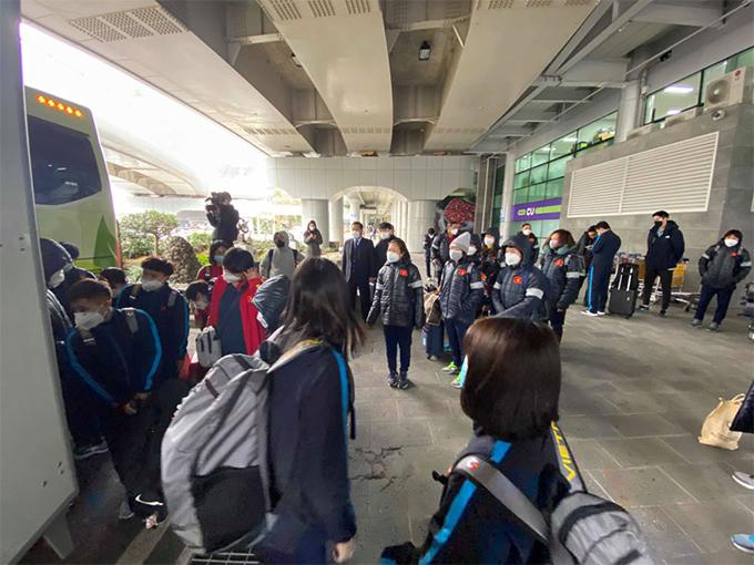 Các thành viên đội tuyển nhanh chóng ra xe buýt về khách sạn khi có mặt tại sân bay đảo Jeju trưa nay (31/1)