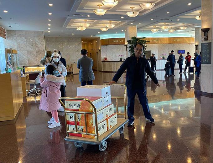 HLVPark Hang Seo thông qua một người bạnlà quản ký khách sạngửi tặng một số thùnghoa quả cho các cầu thủ nữ Việt Nam bồi dưỡng thêm.