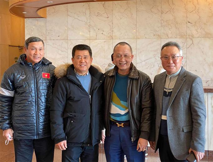 Trưởng đoàn Phạm Thanh Hùng, HLV trưởng Mai Đức Chung cùng các thành viên đội tuyển nữ Việt Nam được tiếp đón nồng nhiệt khi đến Jeju