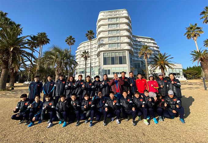 Cả đội chụp ảnh lưu niệm tại khách sạn. Do Triều Tiên rút lui, bảng A tại vòng loại Olympic 2020 chỉ còn lại ba đội là Hàn Quốc, Myanmar và Việt Nam. Đội quân của HLV Mai Đức Chung sẽ có trậnra quân gặp Myanmar ngày 6/1, sau đó gặpchủ nhà Hàn Quốcngày 9/1. Hai đội đứng đầu bảng sẽ giành quyền vào vòng play-off tranh vé dự Olympic Tokyo 2020.