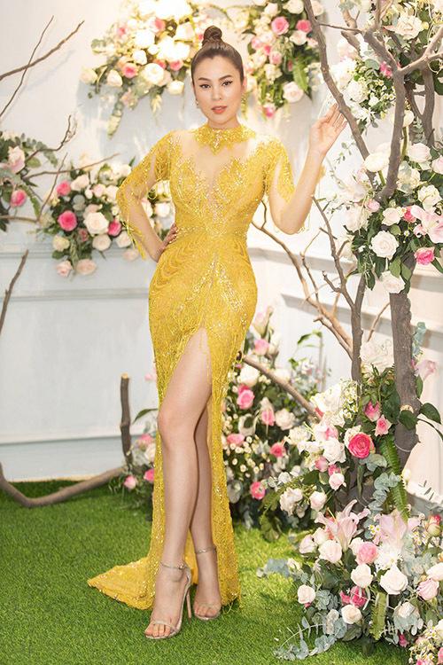 Hoa hậu Phương Lê lộng lẫy trong trang phục xẻ vạt cao.