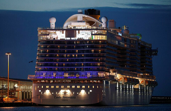 Tàu Costa Smeralda cùng hành khách và thuỷ thủ đoàn vẫn bị giữ lại ngoài cảng cho tới tối 30/1. Ảnh: Reuters.