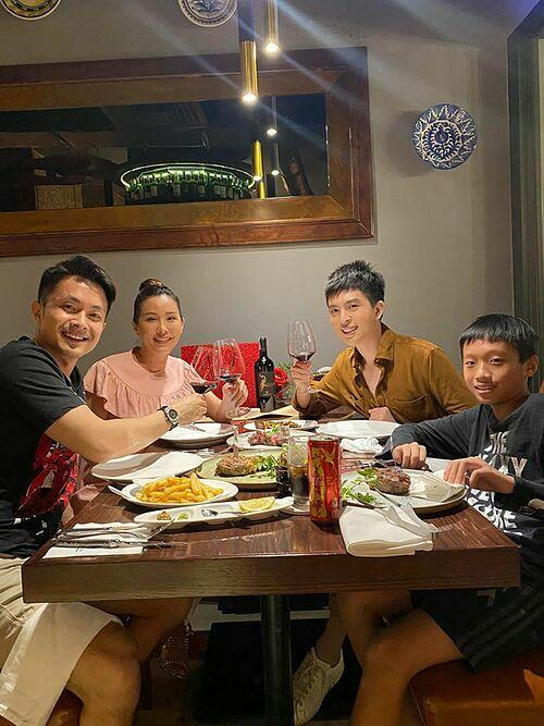 Hoa hậu Thu Hoài và bạn trai mừng sinh nhật con trai Phúc Tín.