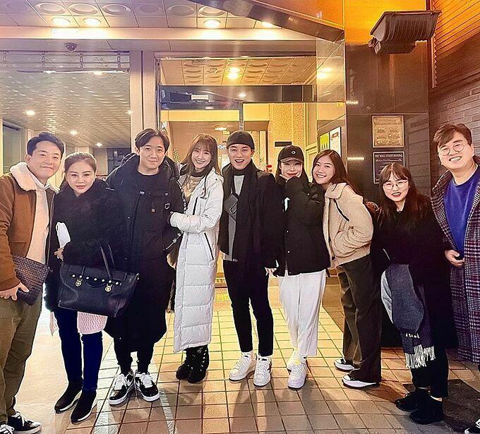 Vợ chồng Trấn Thành - Hari Won, Lê Giang, Trúc Nhân đi chơi cùng một số diễn viên Hàn Quốc. Hari Won làm thông dịch viên nên nói nhiều nhất hội.