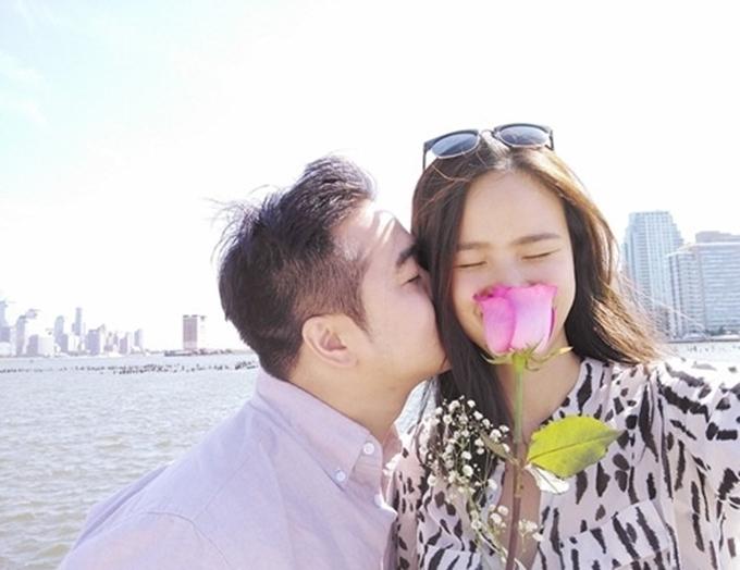 Trong ba năm hẹn hò, Tuyết Lan hiếm hoi trả lời phỏng vấn báo chí về bạn trai. Cô chỉ tiết lộ anh là người ân cần, nhiệt tìnhgiúp đỡ cô trong thời gian lập nghiệp ở xứ người kể từ lần đầu gặp mặt vào tháng 11/2014.