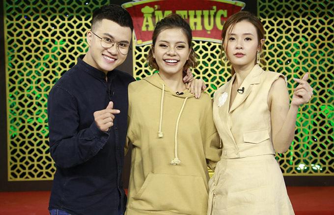Ca sĩ Lê Thiện Hiếu và bạn gái Tia Hải Châu sánh đôi tham gia chương trình Thiên đường ẩm thực. Cả hai chung đội với diễn viên Midu.