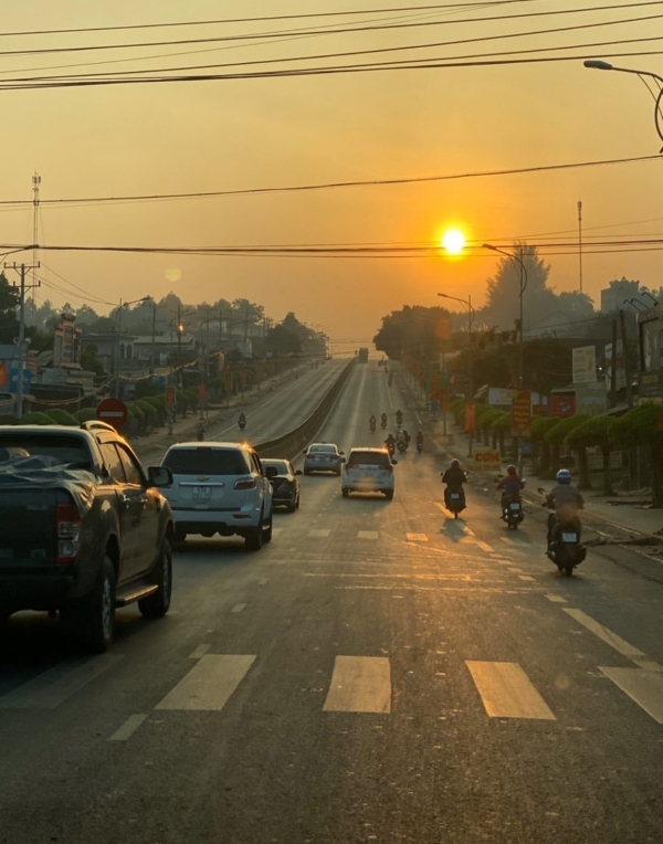 HHen Niê chạy xe ô tô 5 tiếng đồng hồ mới đến Bình Phước, ngắm hoàng hôn trên xa lộ.Nếu có thời gian chạy xe máy sẽ thú vị hơn nhiều. Lên cao, đến với núi rừng thì đường vắng xe hơn ởthành phố đông đúc. Không khí trong lành, mát mẻ, có những đoạn chỉ mình bạn chạy.