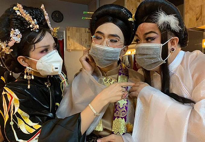 Nhiều sân khấu khác cũng mở cửa và hoạt động bình thường. Song các nghệ sị cố gắng bảo vệ bản thân bằng khẩu trang trong hậu trường.