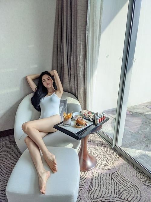 Ngay dịp đầu năm, người đẹp tự thưởng bằng chuyến nghỉ dưỡng đến resort cao cấp tại Singapore. Cô không hề tăng cân mà sexy hơn dù ăn tẹt ga bánh chưng, bánh tét. Đôi chân dài là thương hiệu của Tuyết Lan nhận nhiều lời khen khi bức ảnh được đăng tải.