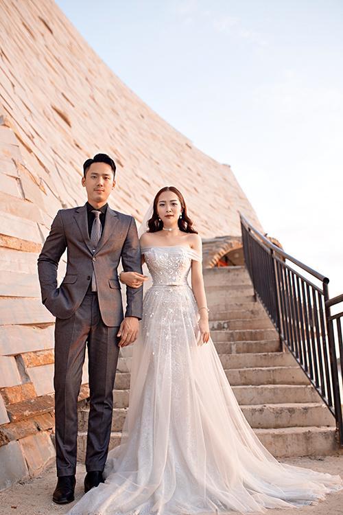 Dư Hàng My (26 tuổi, tốt nghiệp Đại học Văn hoá Hà Nội), là em họ của ca sĩ Hương Tràm,người mẫu ảnh sở hữu gương mặt cá tính. Chú rể của Hàng My là Lê Bá Tuấn Anh. Cả hai đã có 3 năm tìm hiểu trước khi quyết định kết hôn.