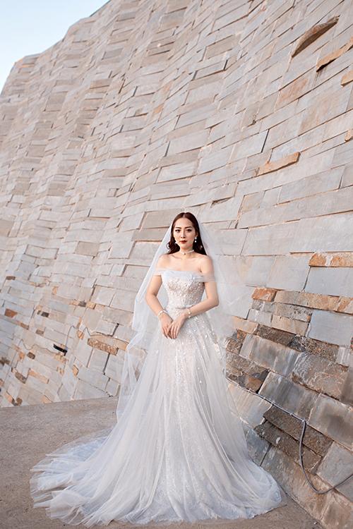 Váy cưới của cô dâu Hàng My là một sáng tạo của NTK Linh Nga, thuộc bộ sưu tập ra mắt cuối năm 2019.
