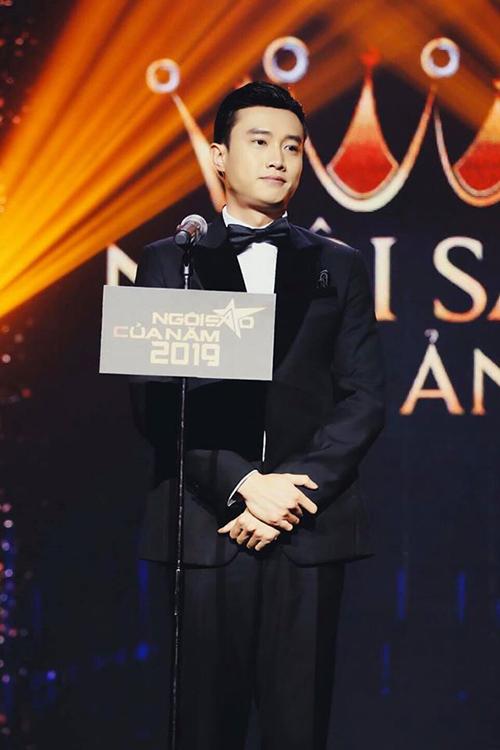 Quốc Trường khi nhận giải Ngôi sao Phim ảnh do báo Ngoisao.net trao tặng.