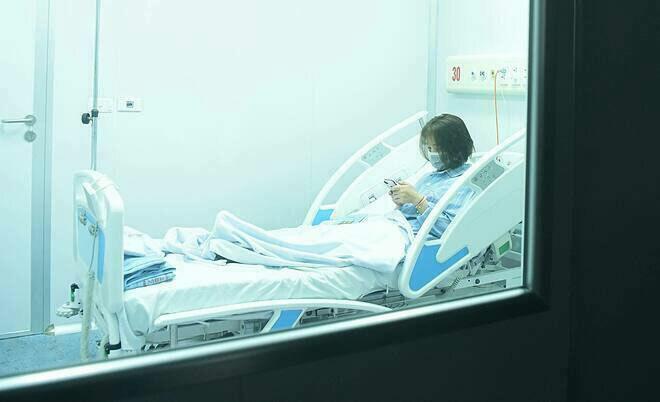 Bệnh nhân nghi nhiễm nCoV được cách ly tại Bệnh viện Nhiệt đới Trung ương. Ảnh: Giang Huy.