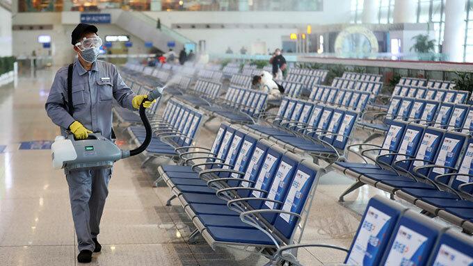 Trung Quốc phun khử trùng ở các sân bay. Ảnh: SCMP.
