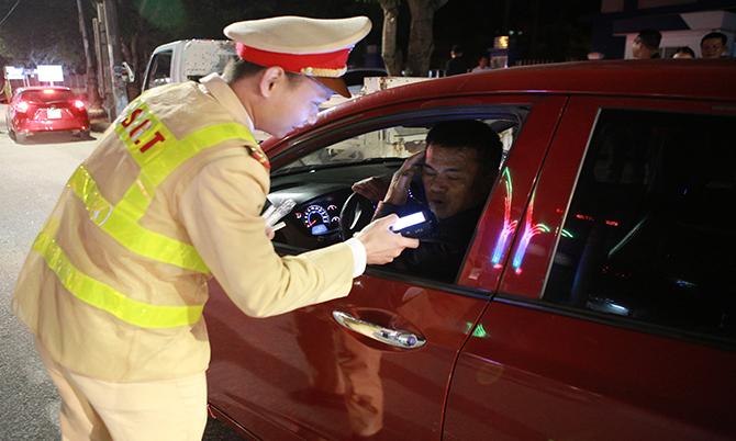 Công an Nghệ An kiểm tra nồng độ cồn với tài xế ôtô hồi đầu tháng 1. Ảnh: Hải Bình.