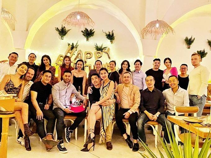 Vợ chồng Tăng Thanh Hà, Đặng Thu Thảo, Kathy Uyên, Phương Khánh, Băng Di ... hội ngộ trong tiệc sinh nhật một người bạn.