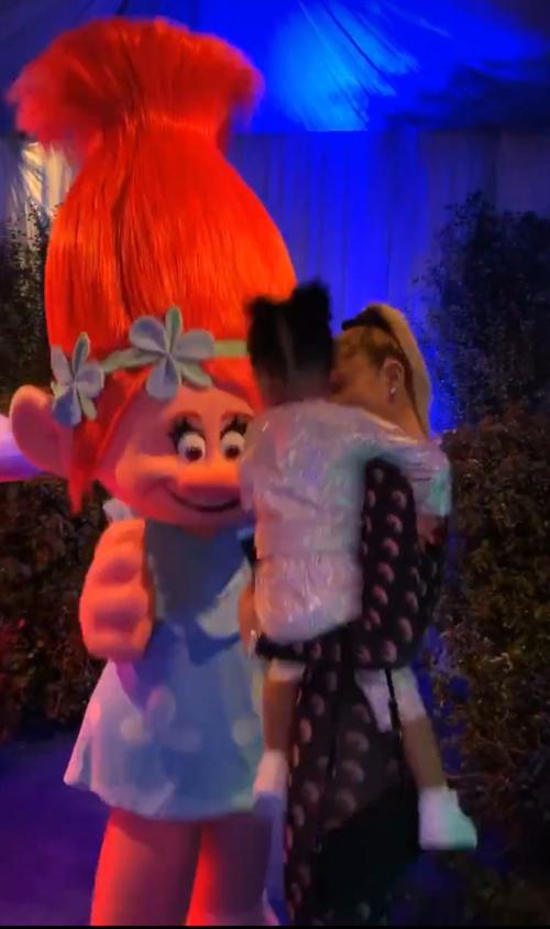 Kylie bế con gái vào công viên Trolls - nơi có những nhân vật giống như trong phim hoạt hình Trolls (Quỷ lùn tinh nghịch).