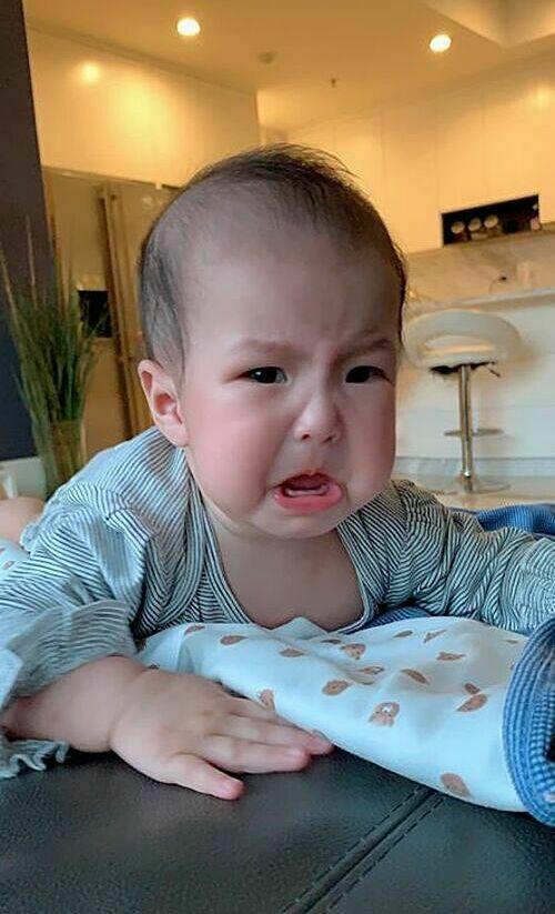 Lê Phương đăng ảnh con gái đang mọc răng nên khó chịu.