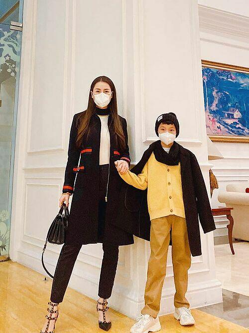 Quế Vân và con trai cùng đeo khẩu trang khi đi ăn tối.